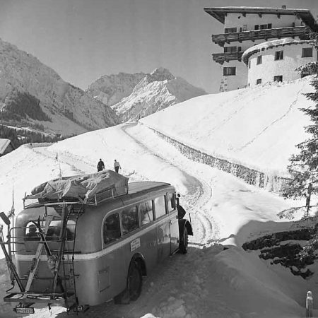 Postbus am Ifenhotel, 1940 - Foto auf Leinwand