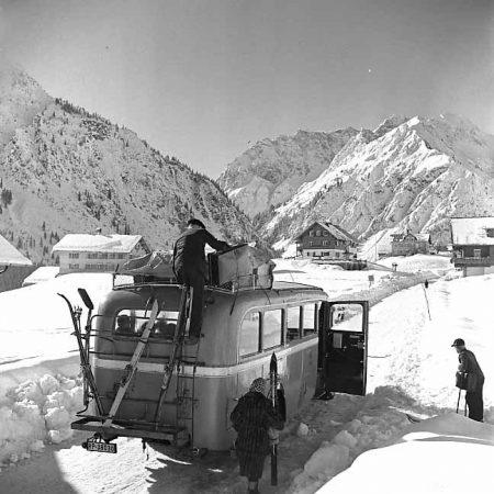 Postbus mit Schifahrern