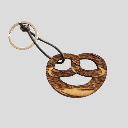 Schlüsselanhänger aus Holz in Brezenform