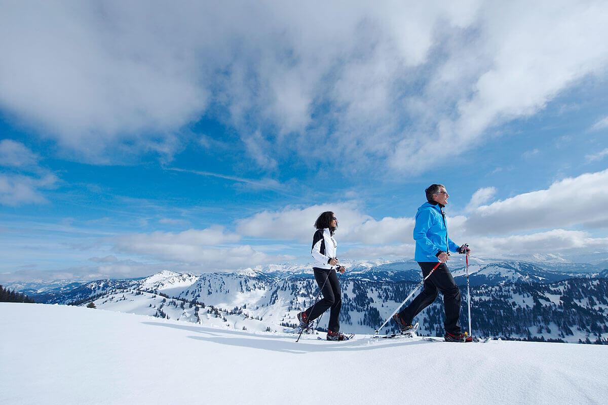 Bei Schneeschuhwanderungen auf dem Hochgrat genießt man besonders weite Aussichten in die umliegende Bergwelt der Allgäuer Alpen.