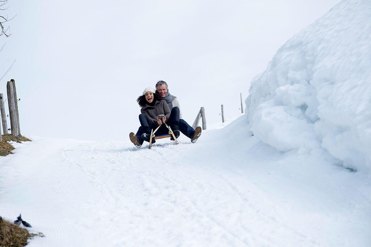 Die Rodelstrecke am Imberg ist für die ganze Familie geeignet. Seit diesem Winter gibt es sogar einen speziellen Lift für Schlittenfahrer. © OTM/ studio22/ Hagen